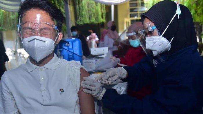 Lawan Rasa Takut, Pelajar di Surabaya Tunjukan Semangat Disuntik Vaksin, Harap Bisa Belajar di Kelas