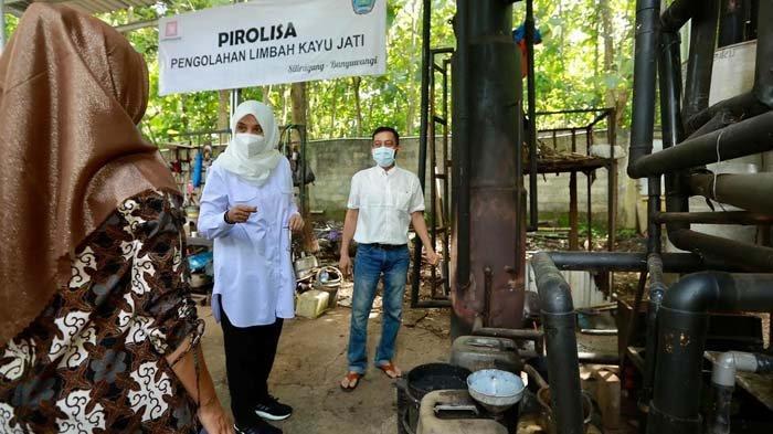 Pasangan Muda di Banyuwangi Produksi Pupuk Organik dari Limbah Kayu Jati, Ipuk: Sangat Keren Sekali
