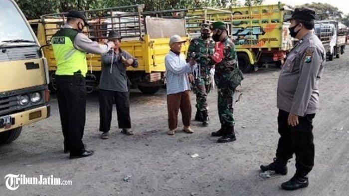 Bagi-bagi Masker di Pasar Hewan Balongpanggang, TNI-Polri Ingatkan Jangan Kendor Protokol Kesehatan