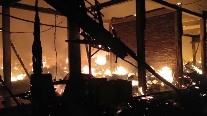 Kebakaran Pasar Kepoh Bojonegoro, 350 Kios dari Kayu Ludes Dilalap Api, 14 Mobil Pemadam Dikerahkan