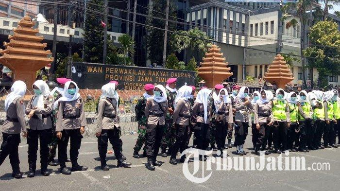 Jaga Kondusivitas Aksi di DPRD Jatim, Polisi Terjunkan Pasukan Asmaul Husna dan Polwan Cantik