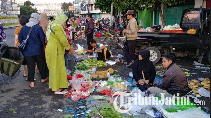 Pasar Tanjung Jember Ditutup, Pedagang Pindah Jualan di Kawasan Jompo, Lalu Lintas Sempat Tersendat