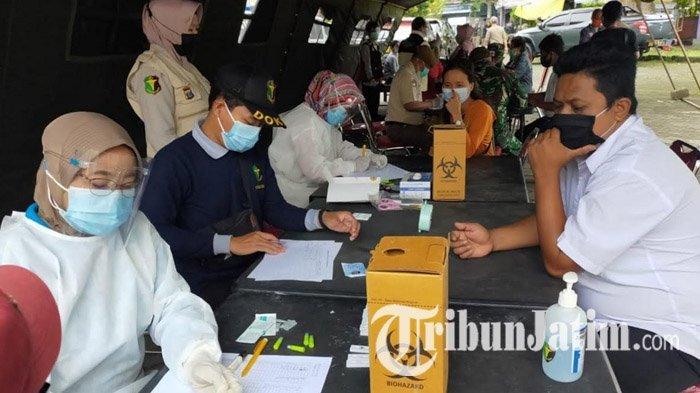 Puluhan Pedagang dan Pengunjung Pasar Legi Kota Blitar Ikuti Rapid Test Massal, 9 Orang Reaktif