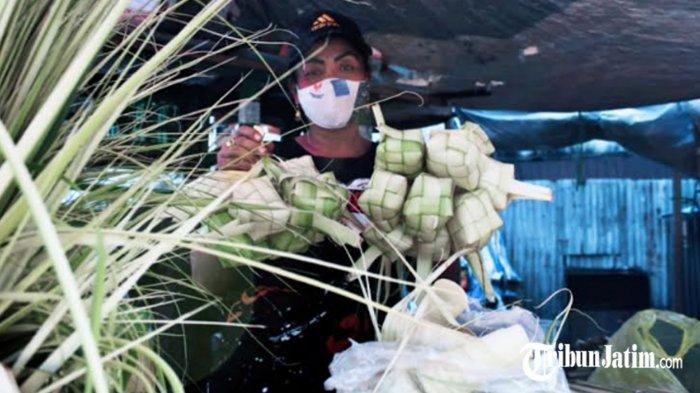 BREAKING NEWS - Pedagang Ketupat Musiman di Surabaya Mulai Beber Lapak, Sambut Idul Fitri 1442 H
