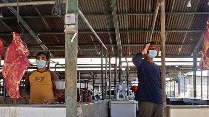 Pedagang Pasar Setono Betek Kediri Hentikan Aktifitas Jualan Demi Beri Hormat Bendera Merah Putih