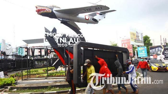 Seusai Tuai Polemik, Reklame di Monumen Pesawat Suhat Malang Akhirnya Dibongkar, Belum Ada Izin