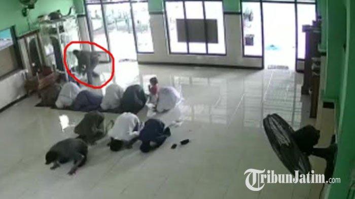 Viral Rekaman CCTV Maling Tas Jamaah di Masjid Al Mujib Kediri, Panik Kabur Tinggalkan Sandal