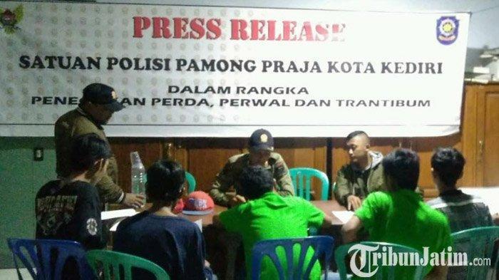 Satpol PP Kota Kediri Bubarkan Tiga Lokasi Pesta Miras Semalam, Para Pelaku Digiring dan Dibina