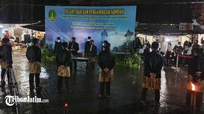 Di Tengah Guyuran Hujan Deras, Gus Ipul Lantik Sekda dan Tujuh Kepala OPD di Pasar Gadingrejo