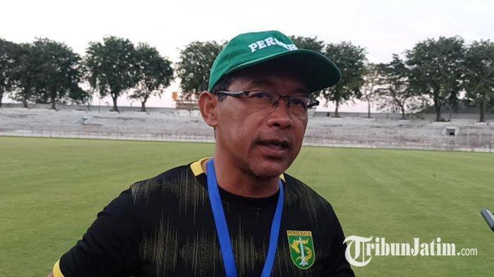 Pelatih Persebaya, Aji Santoso usai memimpin latihan tim hari ini, Selasa (25/5/2021) di Stadion Gelora 10 November (G10N), Tambaksari, Surabaya.