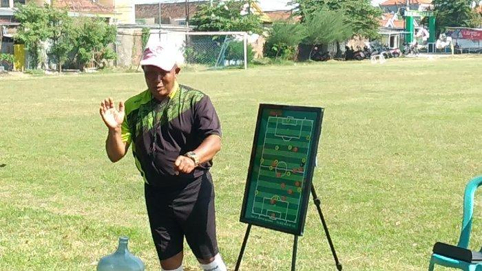 Pelatih PS KOPA Ahmad Rosyidin, saat memaparkan cara kerja formasi 4-3-3 kepada pemain, Lapangan Kendung, Kecamatan Benowo, Kota Surabaya, Selasa pagi (28/9/2021).