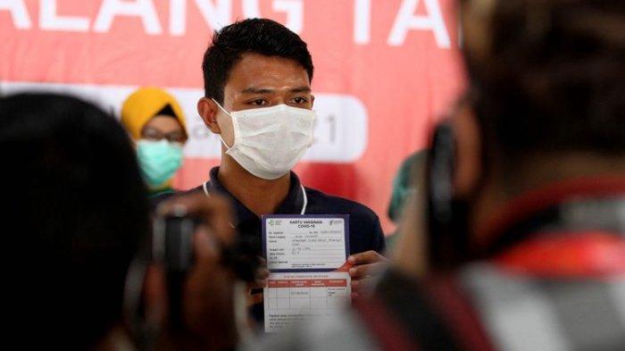 Pemain Arema FC Dedik Setiawan seusai mendapatkan vaksin Covid-19 di Pendopo Kabupaten Malang, Jawa Timur, Sabtu (30/01/2021) pagi.
