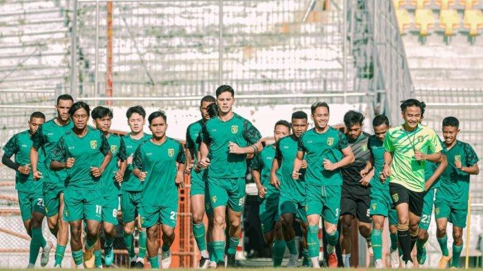 Pemain Persebaya saat mengikuti latihan tim hari ini, Rabu (13/10/2021).
