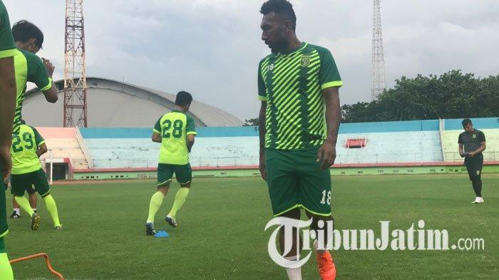 Pelatih Persebaya Surabaya Yakin Bisa Redam Sikap Temperamen Patrich Wanggai