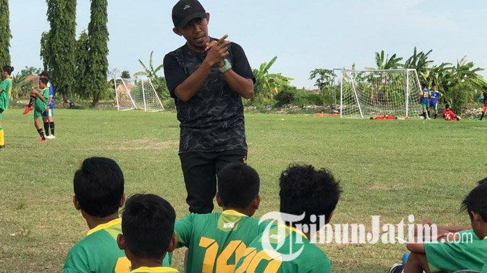 Pemain Persebaya Surabaya, Rendi Irwan mengisi waktu luang saat kompetisi Liga 1 2020 mandek dengan menjadi pelatih kepala SSB Kelud Putra, Jumat (6/11/2020).