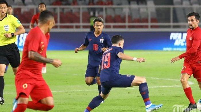 Pemain Timnas Indonesia Stefano Lilipaly berebut bola dengan pemain Timnas Thailand pada ajang kualifikasi Piala Dunia Qatar 2022 di Stadion Utama Gelora Bung Karno, Jakarta, Selasa (10/9/2019).