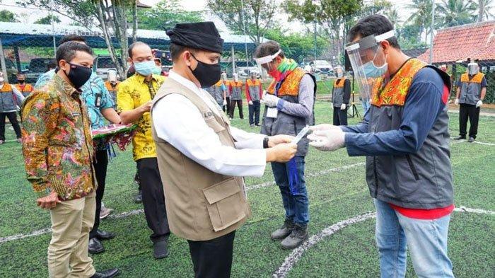 Seusai Pelatihan, Bupati Banyuwangi Serahkan Sertifikat Kompetensi New Normal ke 91 Pemandu Wisata