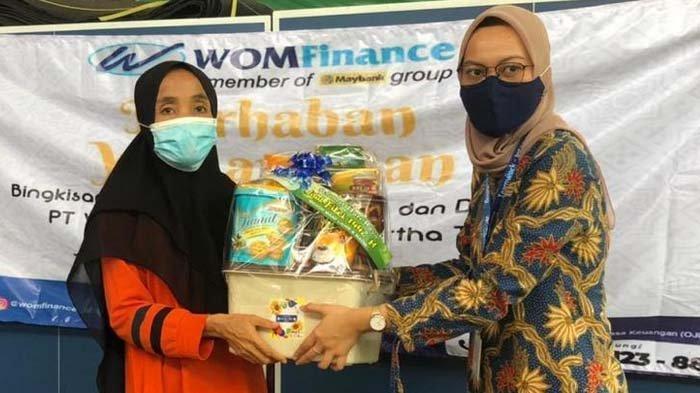 WOM Finance Bagikan Bingkisan Ramadan pada Janda dan Duafa Surabaya Lewat Program Berkah Ramadan