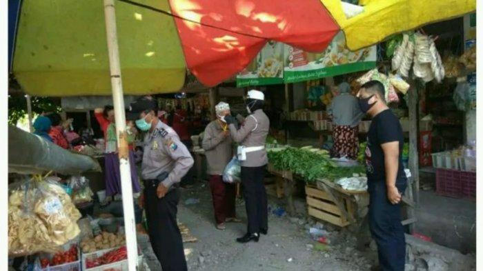 PPKM Diperpanjang, Polisi Bagikan Masker di Pasar yang Ada di Gresik