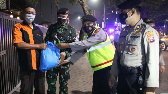 Patroli Malam Hari Raya Idul Adha, Polresta Malang Kota Bagikan Bantuan Sembako kepada Masyarakat