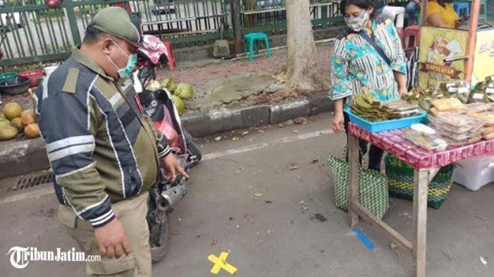 Antisipasi Kerumunan Pembeli Menu Buka Puasa, Lapak Takjil di Kota Kediri Diberi Jarak 3 Meteran