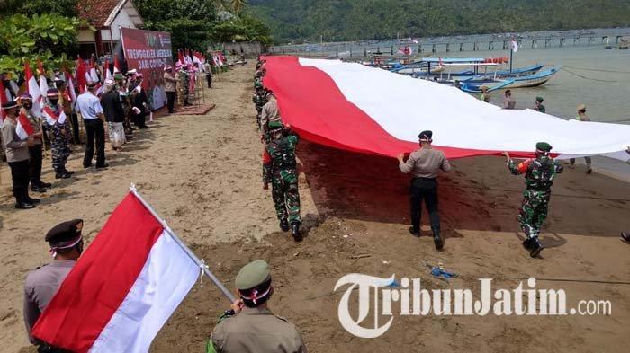 Sambut HUT RI ke-76, Bendera Merah Putih Raksasa Dibentangkan di Pantai Trenggalek