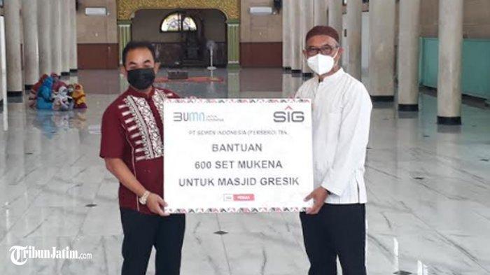 Cegah Covid-19 di Tengah Ramadan 2021, SIG Sebar Ratusan Mukenah di Masjid dan Musala Kota Gresik