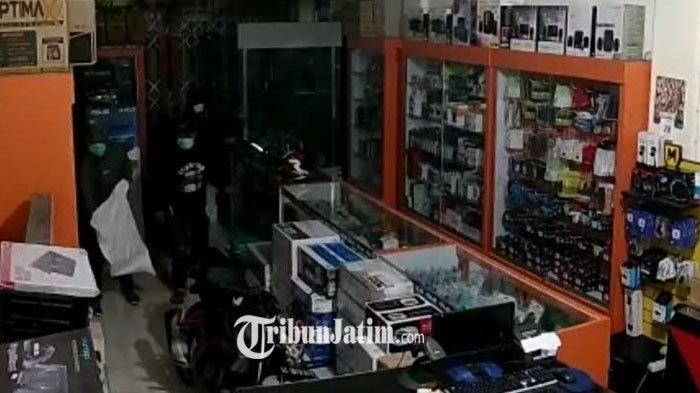 Terekam CCTV, Pembobol Toko Komputer di Kota Blitar Bawa Karung, 46 Laptop Senilai Rp 250 Juta Raib