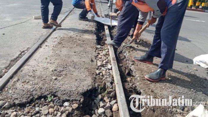 Hati-hati Melintas di Perlintasan KA Jalan Hasanudin Kota Kediri! Sedang Ada Penggantian Rel