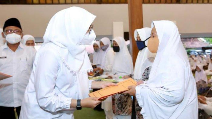 Peringati Nuzulul Quran, Bupati Ipuk Beri Bantuan Usaha Produktif untuk Hafidzah di Banyuwangi