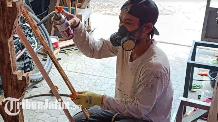 Jualan Geprek Sepi Imbas Covid-19, Pria Kediri Ini Banting Setir: Limbah Kayu Disulap Furnitur Mahal