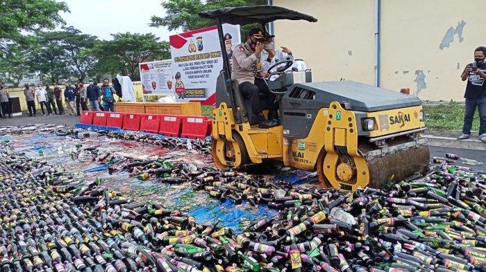 Ribuan Botol Miras Dimusnahkan di Lumajang, Antisipasi Penyakit Masyarakat