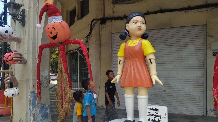Di Surabaya ada Boneka Lampu Merah Khas Drama Squid Game, Pengendara Langsung Merinding