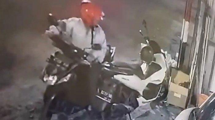 Bapak-bapak Mencuri Helm di Surabaya Terekam Kamera Pengawas, Warganet Ramai Beri Komentar
