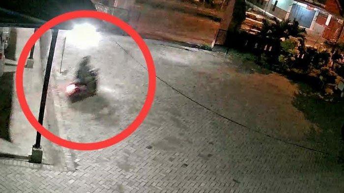 BREAKING NEWS - Ditinggal Pemilik Ambil APD di Puskesmas, Motor Tenaga Medis di Mojokerto Amblas