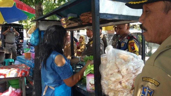 Penertiban rombong rujak cingur milik Bu Mella di kawasan Jalan Raya Wiguna Timur Surabaya, Senin (10/6/2019).