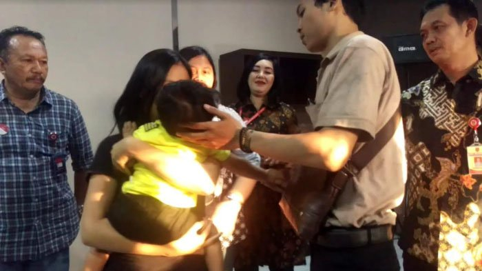 Pengembalian Bayi 11 Bulan oleh Polrestabes Surabaya kepada Pihak Keluarga Diwarnai Isak Tangis