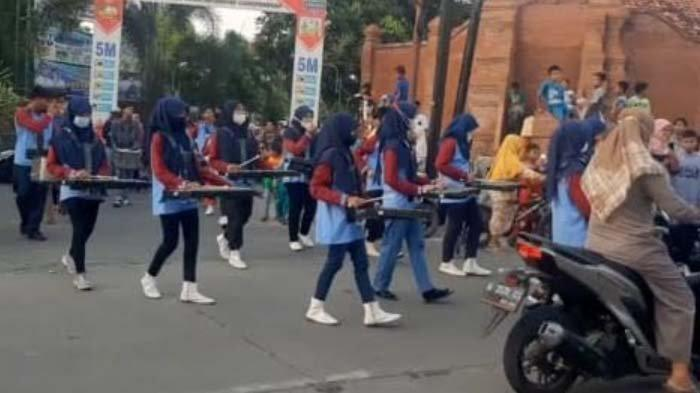 Keliling Kampung Gunakan Drum Band, Pemuda dan Siswa Gresik Kompak Galang Dana untuk Palestina