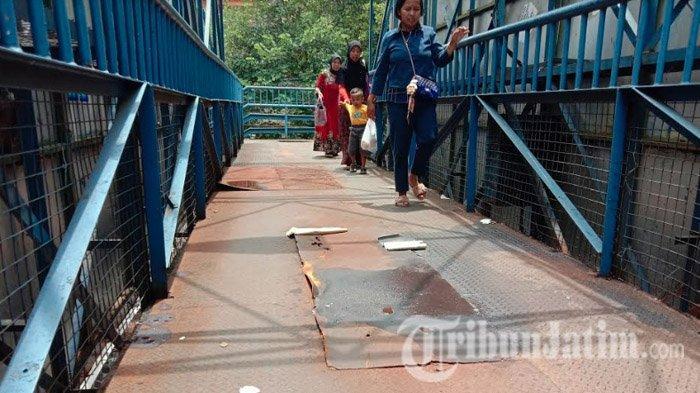 BERKARAT dan Usang Tak Terurus, Pejalan Kaki Keluhkan JPO Depan Rumah Sakit Saiful Anwar Kota Malang
