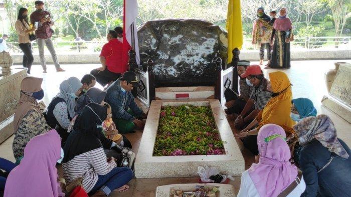 Pengunjung Makam Bung Karno Kota Blitar Meningkat Selama Peringatan Bulan Bung Karno