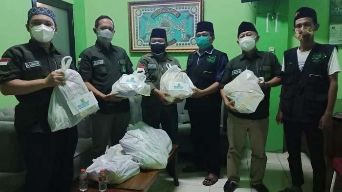 IWNU Gresik Salurkan Ratusan Paket Sembako untuk Masyarakat Terdampak Pandemi Covid-19