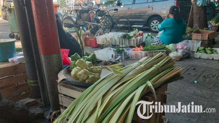 Jelang Lebaran Ketupat, Pasar di Surabaya Mulai Dibanjiri Pedagang Janur Musiman
