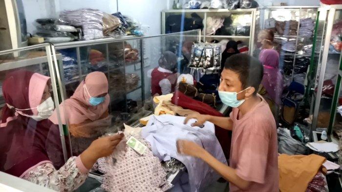 PTM SD dan SMP di Tulungagung Dimulai Besok, Penjual Seragam Diserbu Pembeli