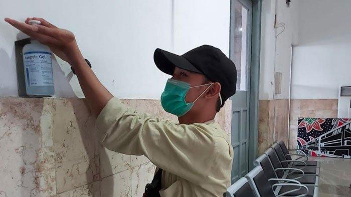 Cegah Penularan Virus Corona, PT KAI Daop 7 Madiun Bagikan Masker dan Sediakan Hand Sanitizer