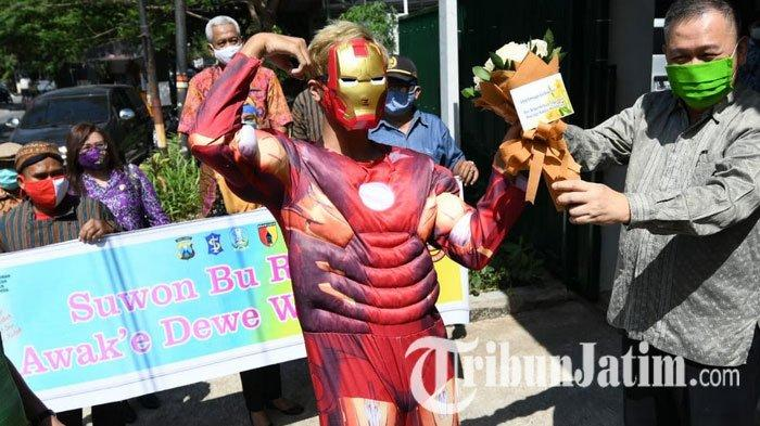 NEWS VIDEO: Potret Warga Ketintang Sambut 33 Orang Sembuh dari Covid-19, Tukar Hadiah Bunga-APD