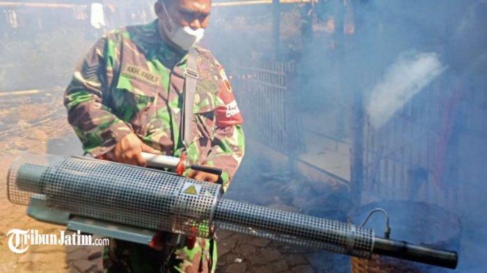 Putus DBD di Kecamata Kendit, TNI-Polri Bersama Petugas Puskesmas Lakukan Fogging