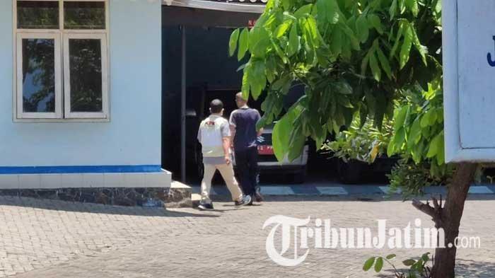 Lakukan Penggeledahan, Penyidik KPK Turut Periksa Mobil Dinas Kepala Dishub Kabupaten Probolinggo