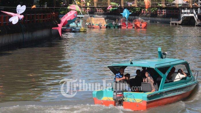 Habiskan Libur Lebaran, Warga Surabaya Naik Perahu Menyusuri Sungai Kalimas, Cukup Dengan Rp 4000