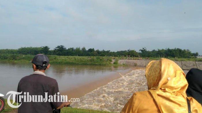 DETIK-DETIK Perahu Tenggelam di Sungai Brantas Jombang, Baling-baling Rusak, Terseret ke DAM Karet