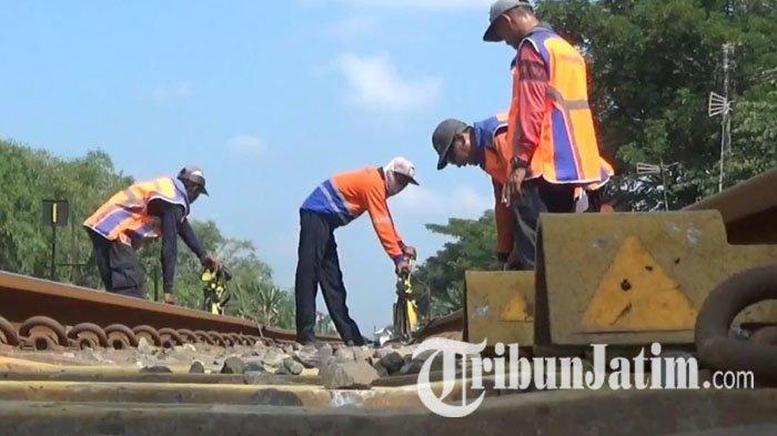 Jelang Arus Mudik, PT KAI Daop 8 Intens Periksa dan Perbaiki Bantalan Rel & Baut Hilang di Lamongan